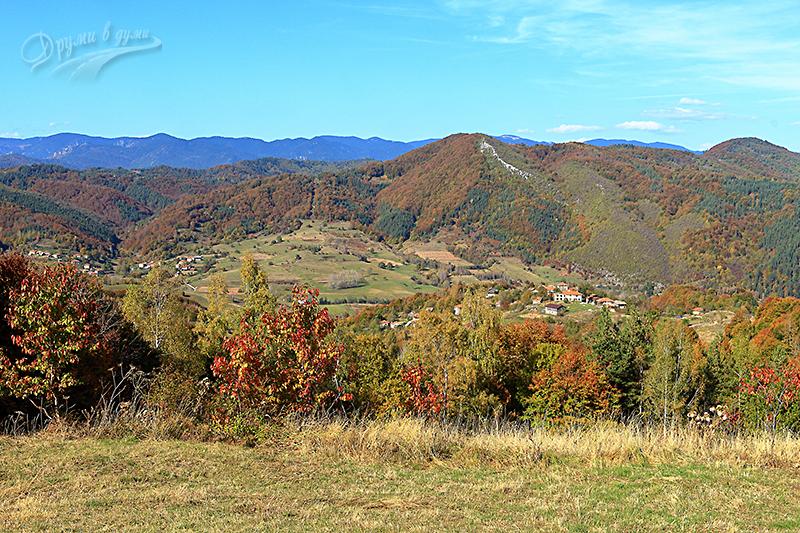В началната част на маршрута: поглед назад към село Горна Арда и Билянска махала