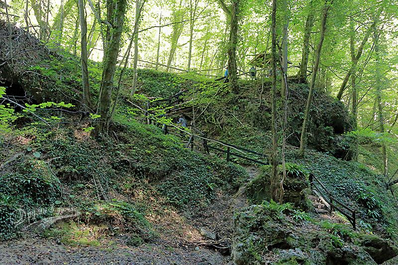 Финалната стръмна пътечка към пещера Св. Марина