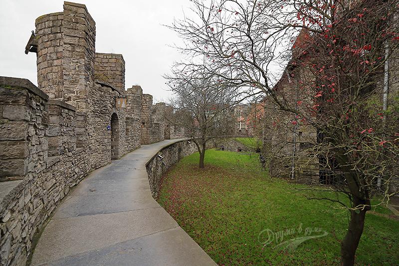 Покрай крепостните стени на замъка Гравенстейн