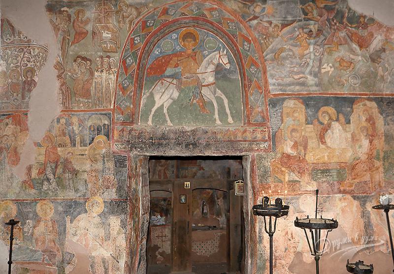 Входа на църквата Свети Димитър
