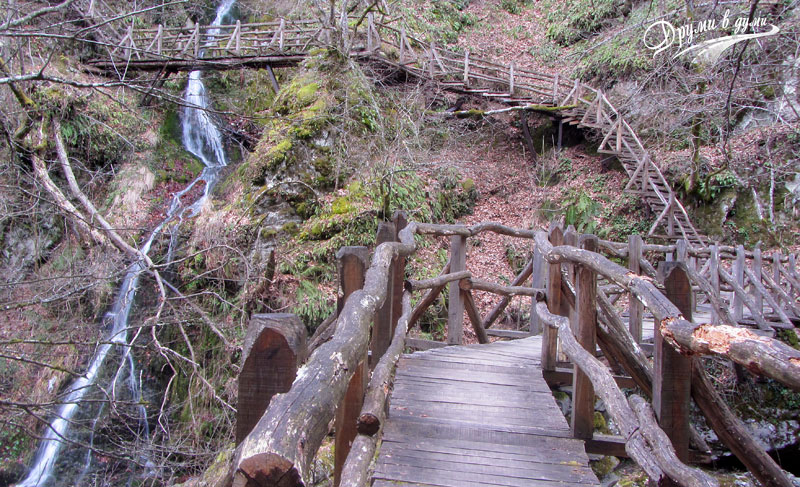 Bridges, stairs, waterfalls - the adventure begins at the very beginning of the route