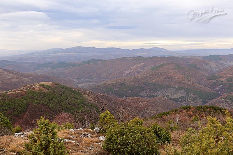 Поглед назад към Скринския пролом на река Струма и Конявската планина