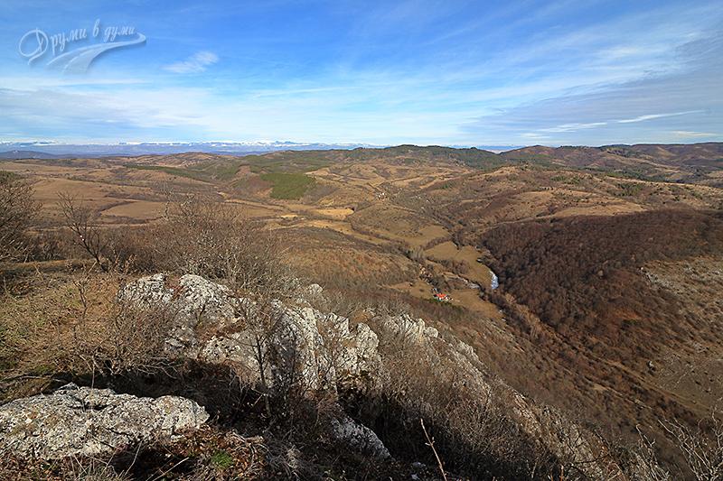 Панорама от връх Драговски камик - на хоризонта е Стара планина