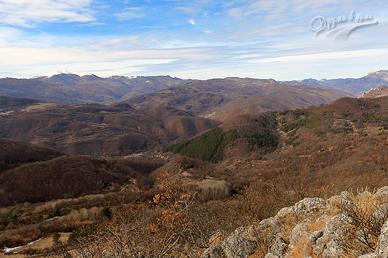 Поглед от връх Стакьов камик към връх Руй в далечината със снежната шапка