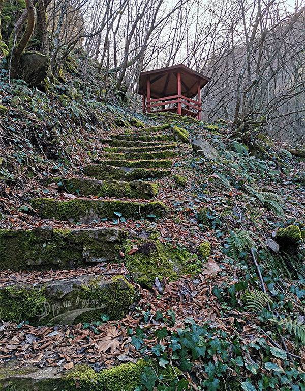 Стълбите и беседката над втория водопад над Габрово и на път към третия