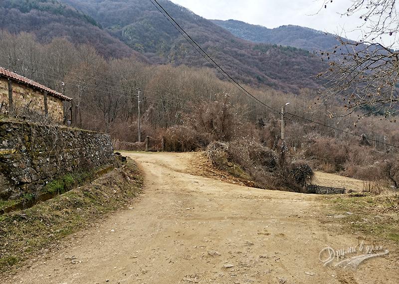 Покрайнините: на това място може да оставите колата и после пеша към планината