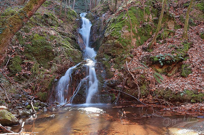 Водопад Дъбицата над село Скрът