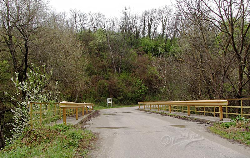 Мостът преди началото на пътеката
