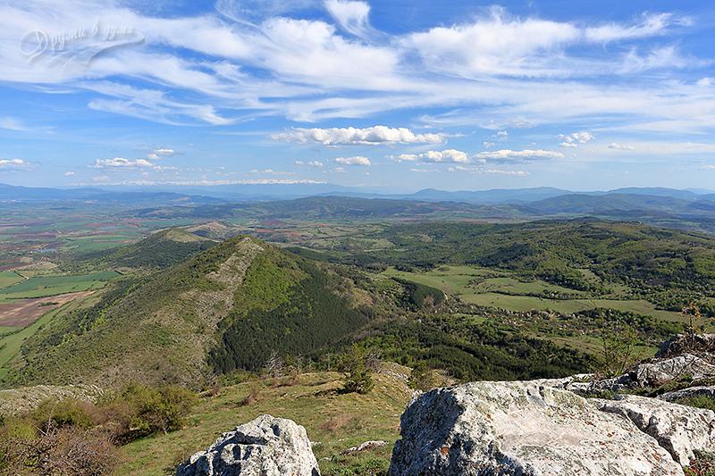 На връх Любаш: поглед на югоизток към съседния връх Ребърска могила, на хоризонта е Рила, а вдясно в мъглявината е Пирин.