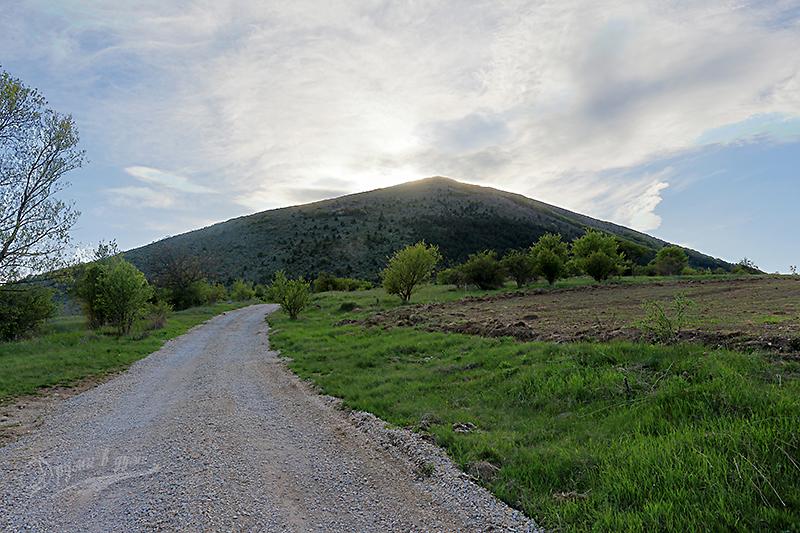 Начало на маршрута към връх Любаш от с. Ребро