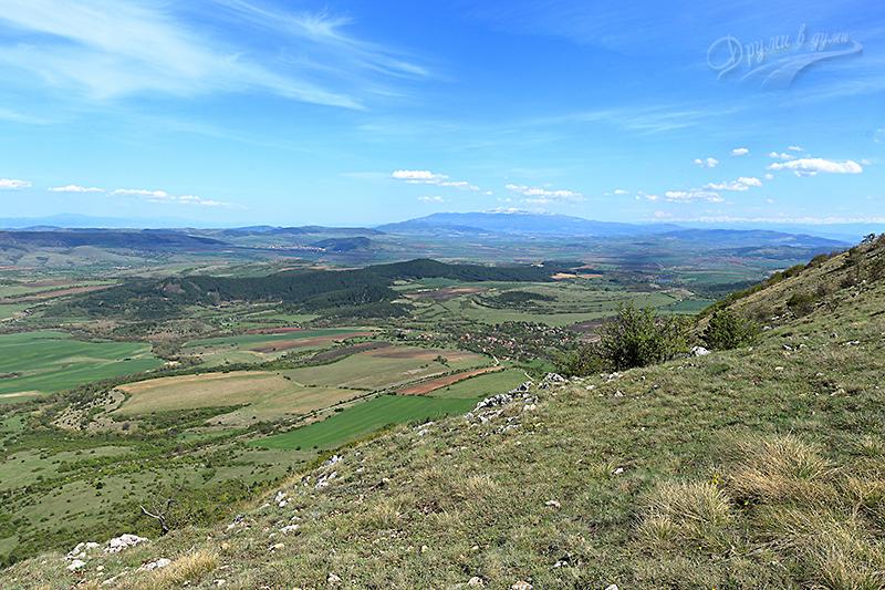 Поглед на югоизток към с. Ребро, в далечината - Витоша и снежното било на Рила
