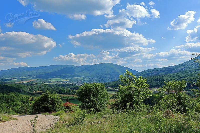 Над село Пещера - гледки в началото на алеята към манастира