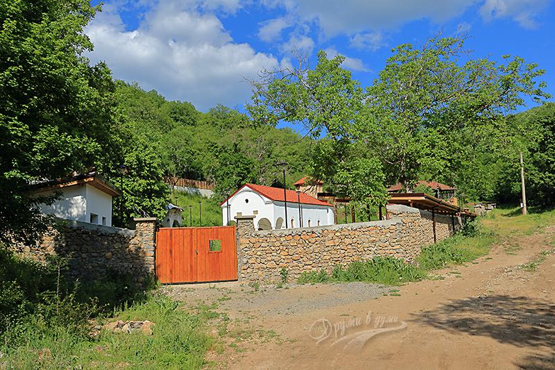 Пред портите на Пещерския манастир
