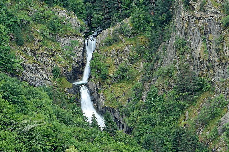 По-едър план към горните Овчаренски водопади