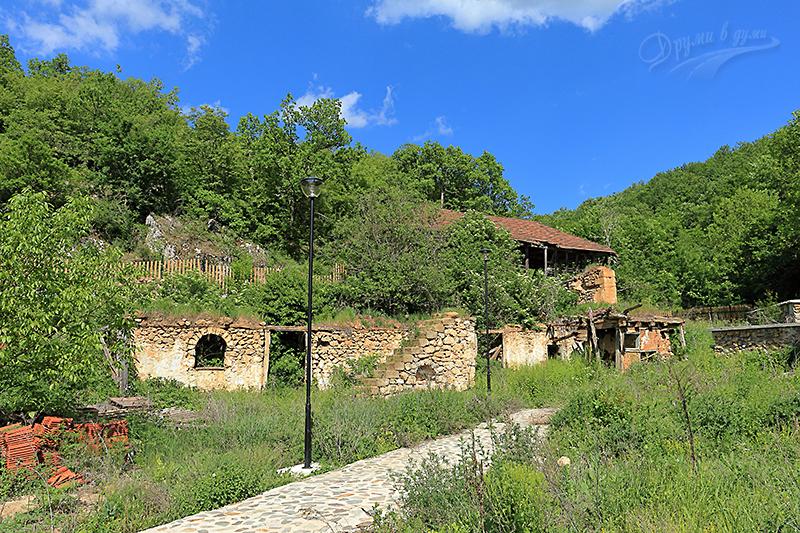 Пещерски манастир - останки от старите манастирски сгради