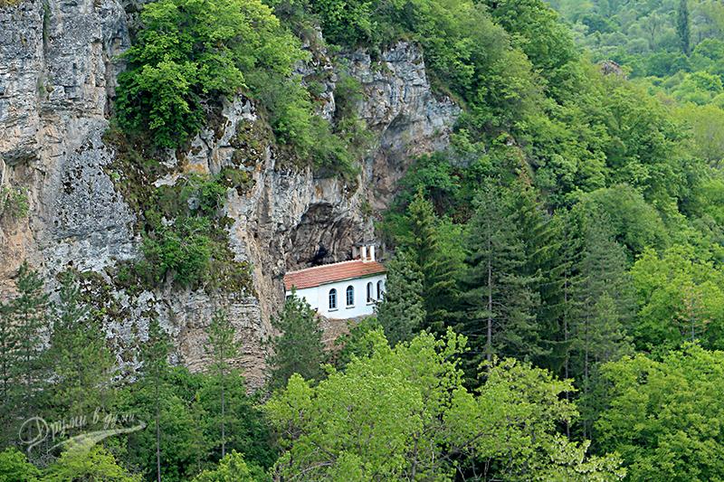 Разбоишки манстир: църквата, вградена в скалите