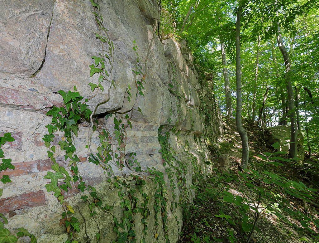 Масивната крепостна стена на Кипиловското кале отвън