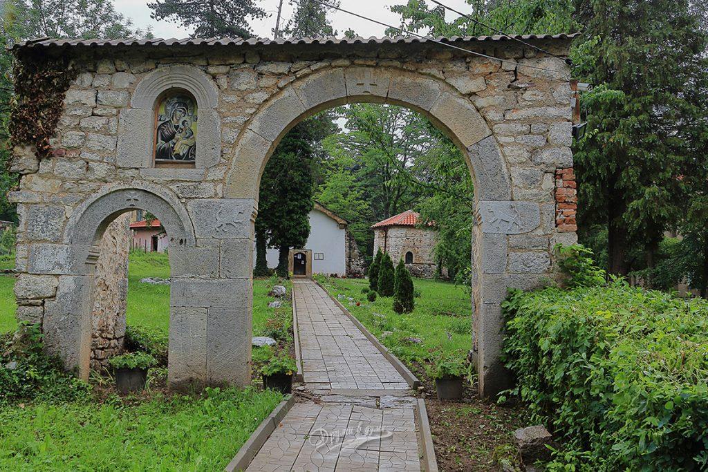 Искрецки манастир - старата порта