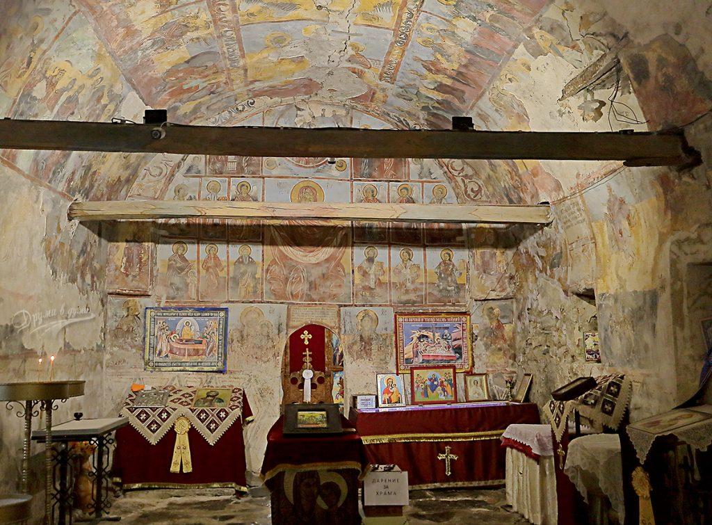 Искрецки манастир: вътре в църквата