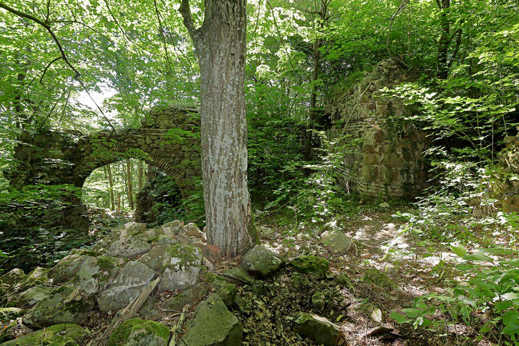 В крепостта - арката и още масивни зидове
