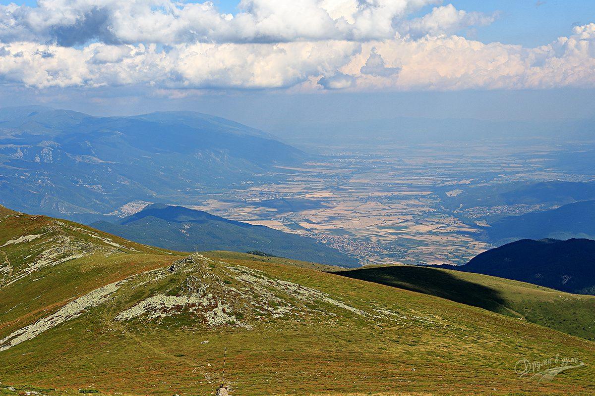 Гледка от върха на югоизток: долу е село Розино, след съседното възвишение се спуснахме към долната пътека, идваща от хижа Ехо