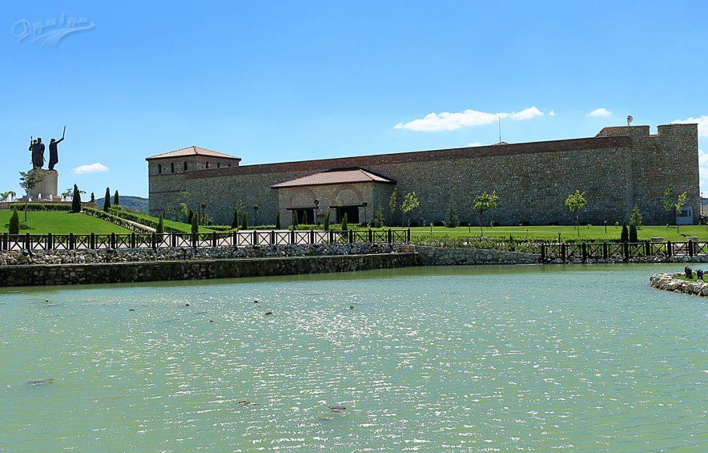Поглед към входната крепост и паметникът на Асеневци
