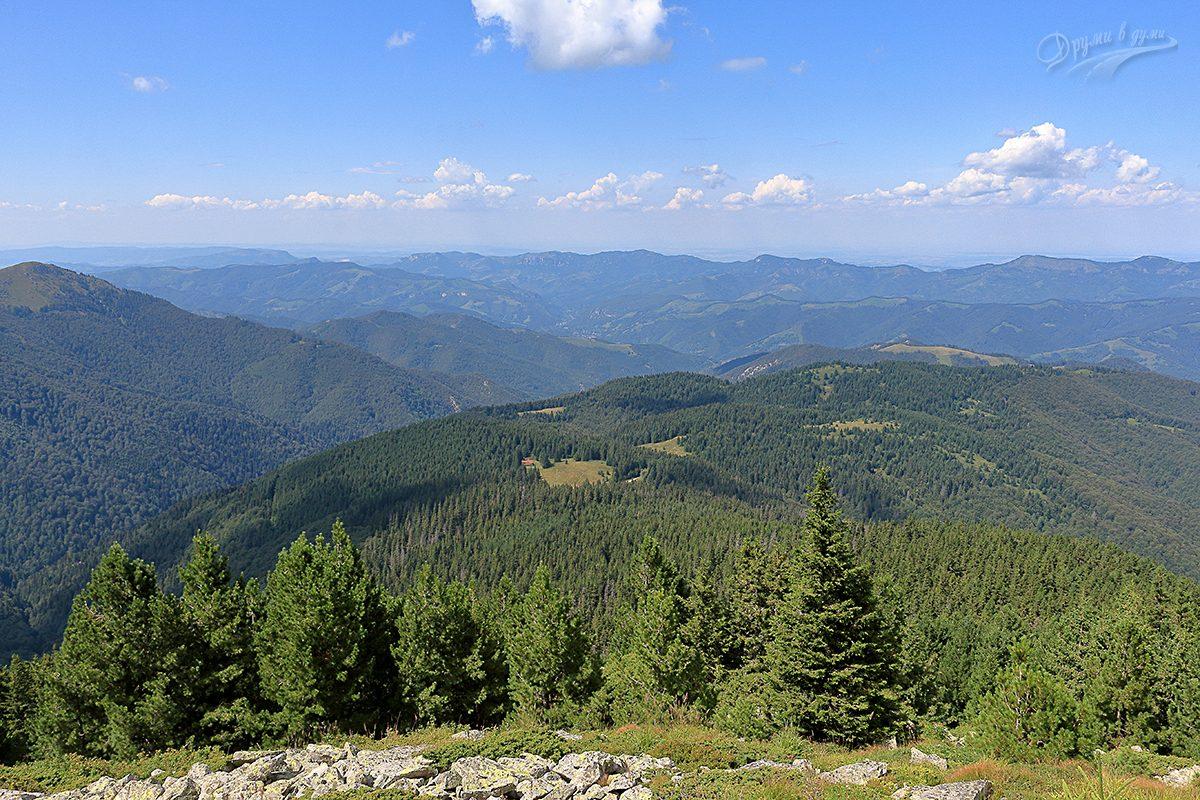 По стръмното - поглед назад към хижа Вежен