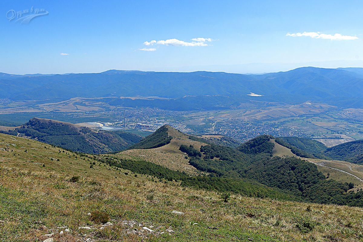 Поглед на юг към Златица и Пирдоп