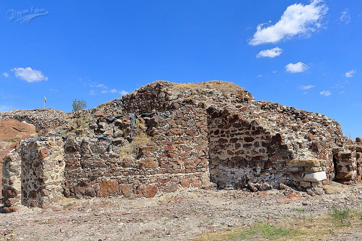 Дебелите крепостни стени на Русокастро