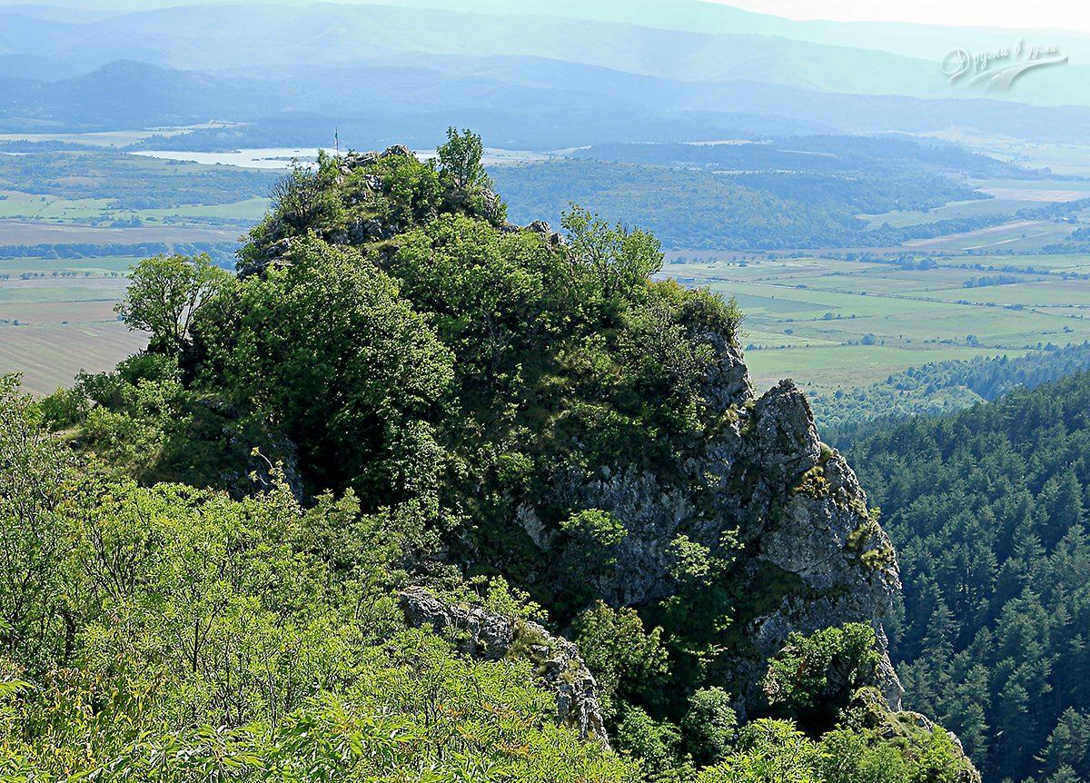 Скалистият връх Шильи камик над Зелениград