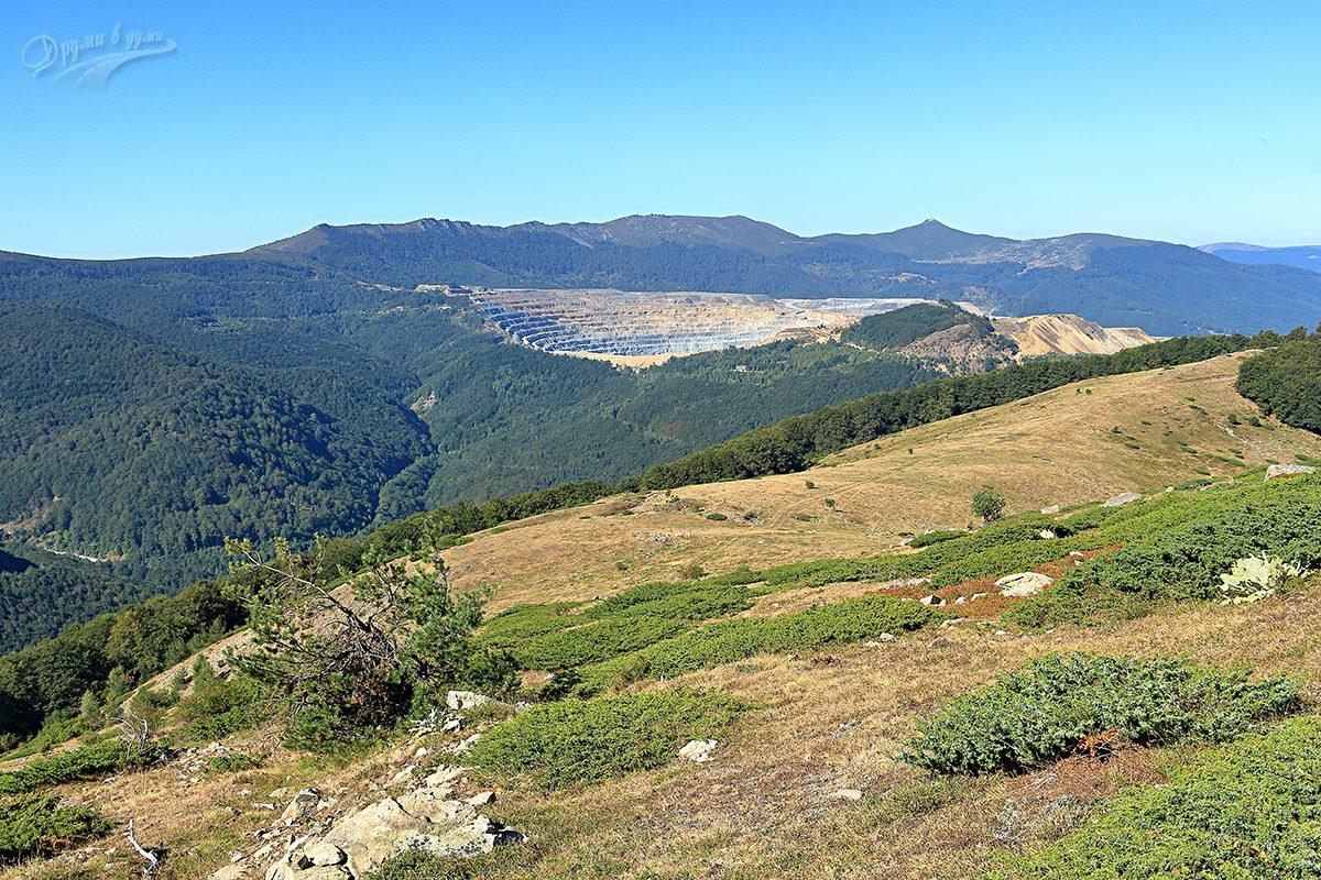 Нагоре към билото. Назад се показва открития рудник и върховете над него - Мургана, Челопешка баба, Мирковска баба, Мара Гидия и островърхият Етрополска баба.
