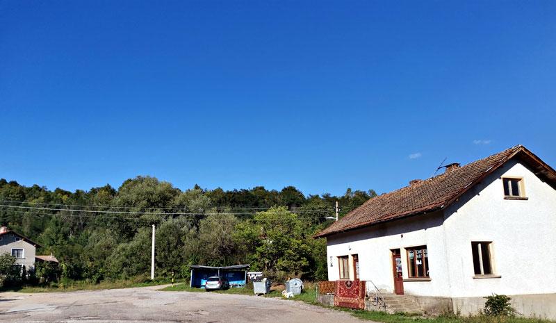Село Забел: площада и началото на маршрута към Руй