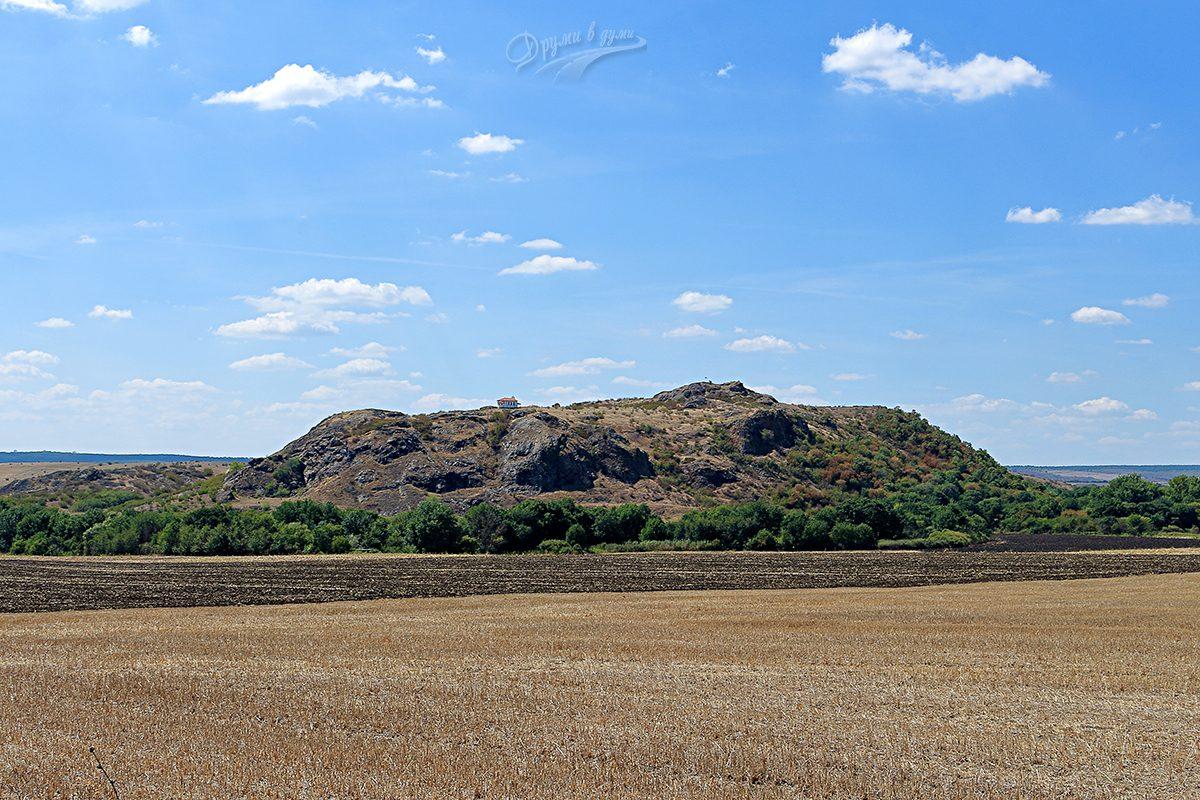 Скалистият хълм отдалеч