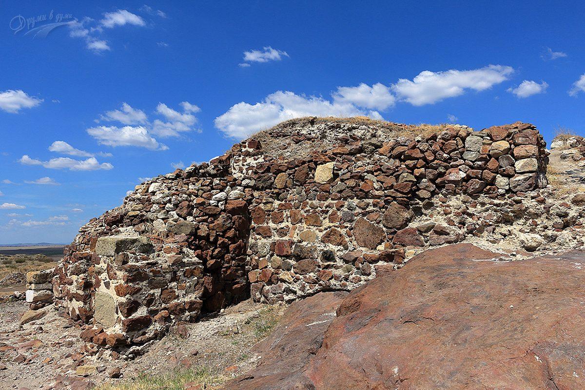Червените камъни на крепостта