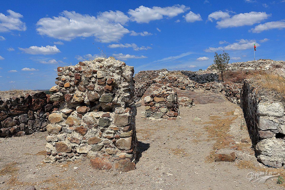 Вътре в крепостта Русокастро