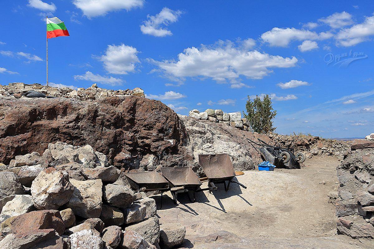 Към най-високата част. Очевидно разкопките на Русокастро продължават.