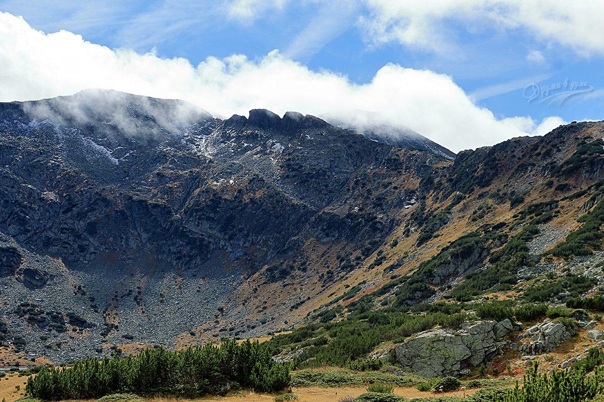 Зъбците и връх Канарата, които се издигат над Горното Рибно езеро