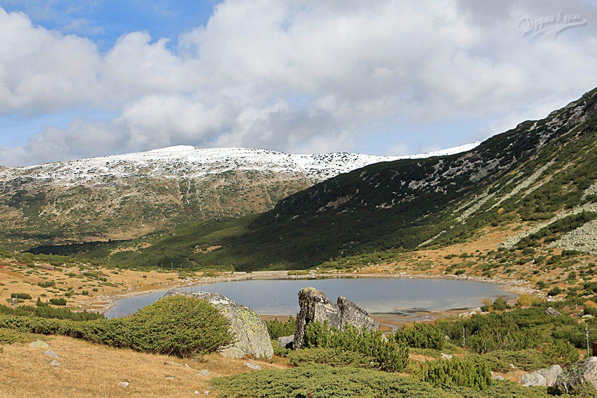 Долното Рибно езеро и ридът Водни чал насреща