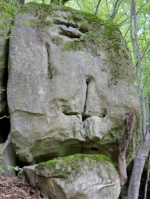 Изсечени знаци в една от скалите