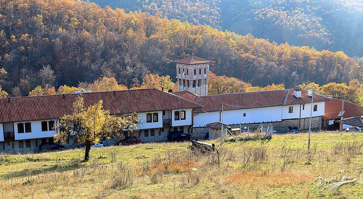 Гигински манастир - поглед от хълма в началото на маршрута