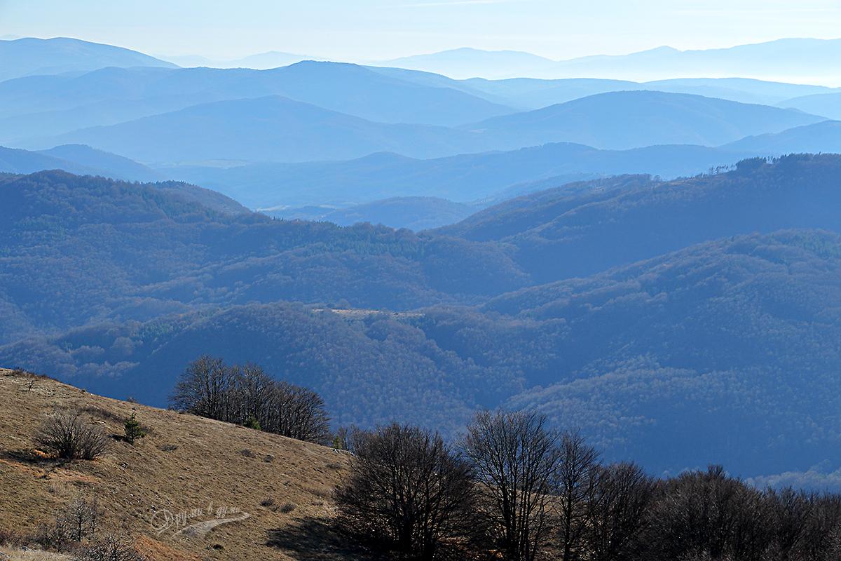 Големи връх и морето от планински дипли около него