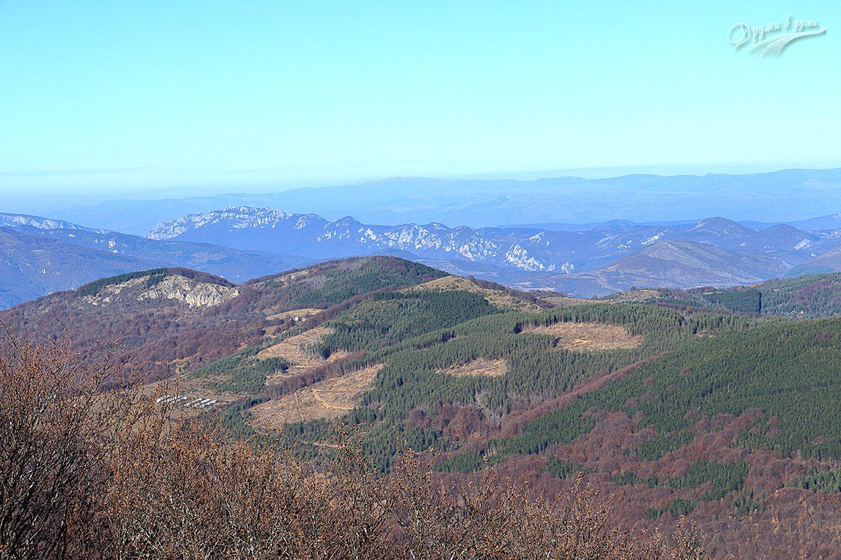 Големи връх - поглед към връх Каменитица, в средата на кадъра със сградите в подножието.