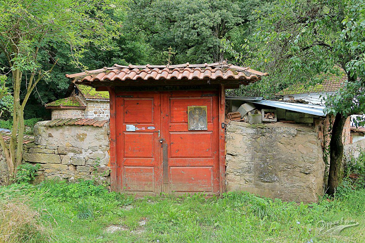 Пред портите на Шумския манастир