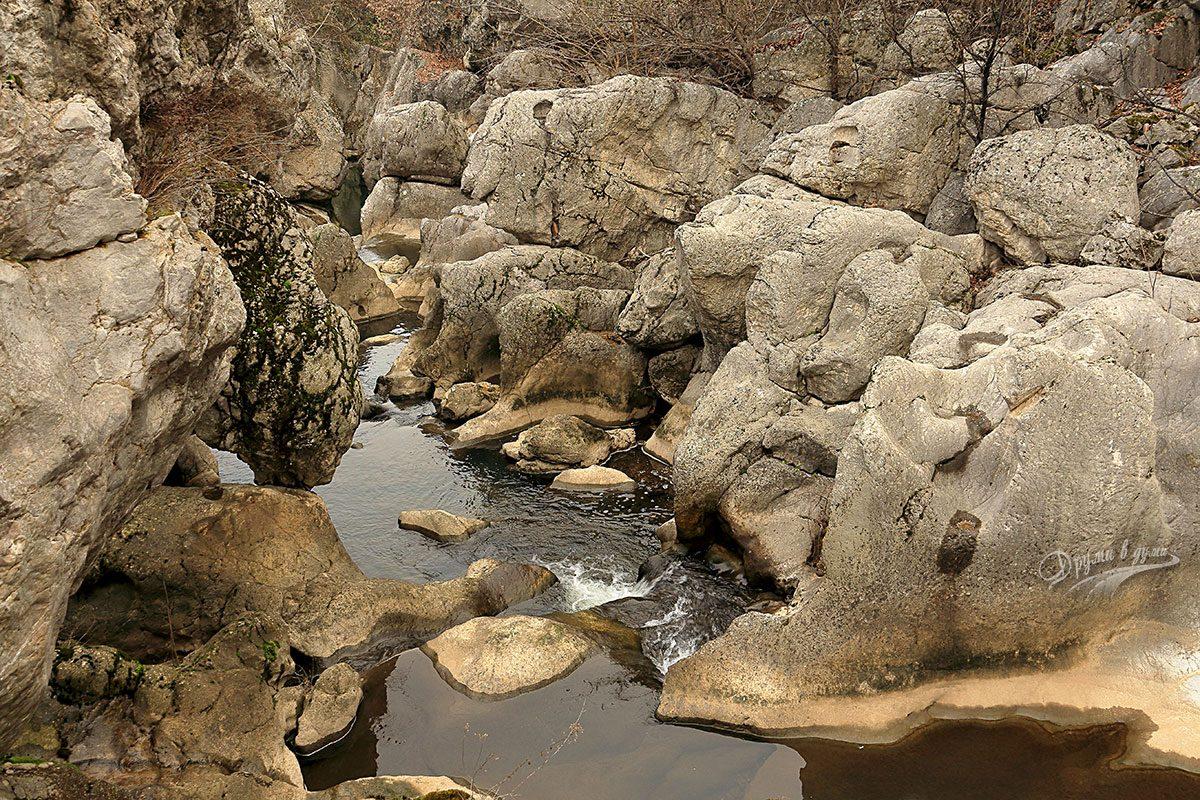 Каньонът на река Ботуня - абразивни кладенци