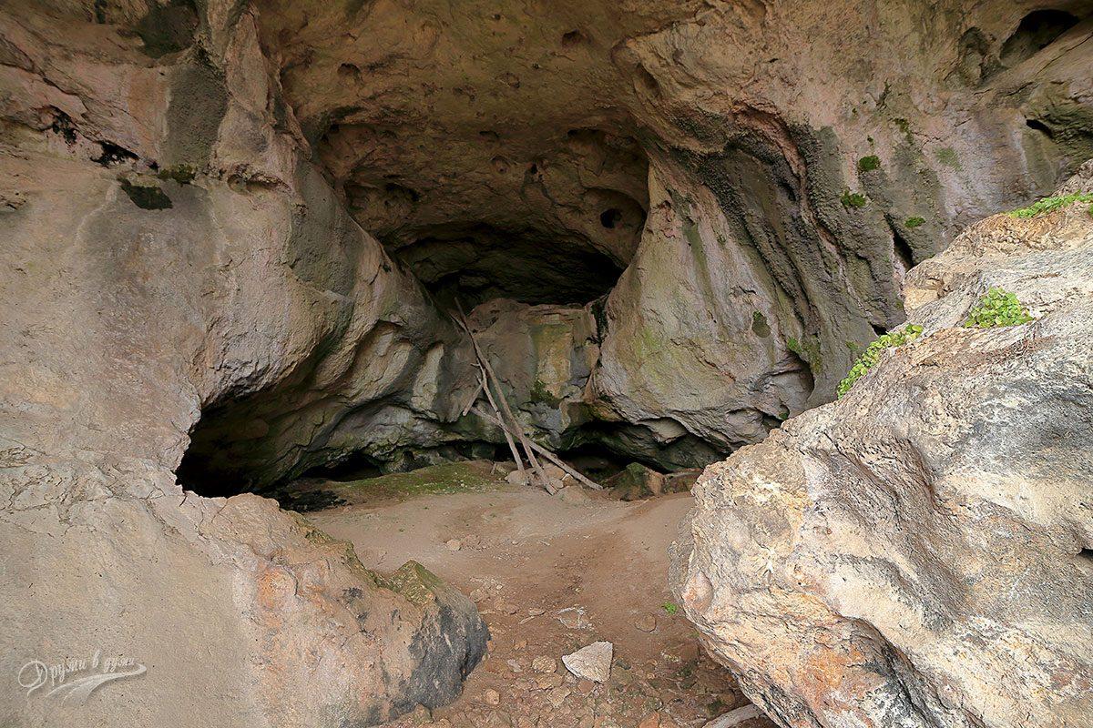 Една от пещерите до село Ботуня