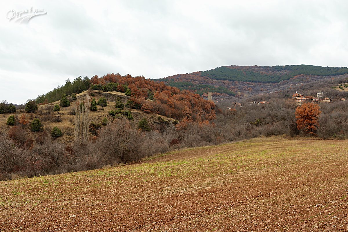 Близо до църквата: поглед към село Вуково