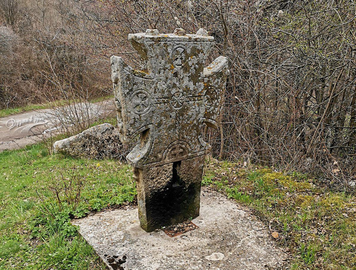 Оброчен кръст в покрайнините на Добравица