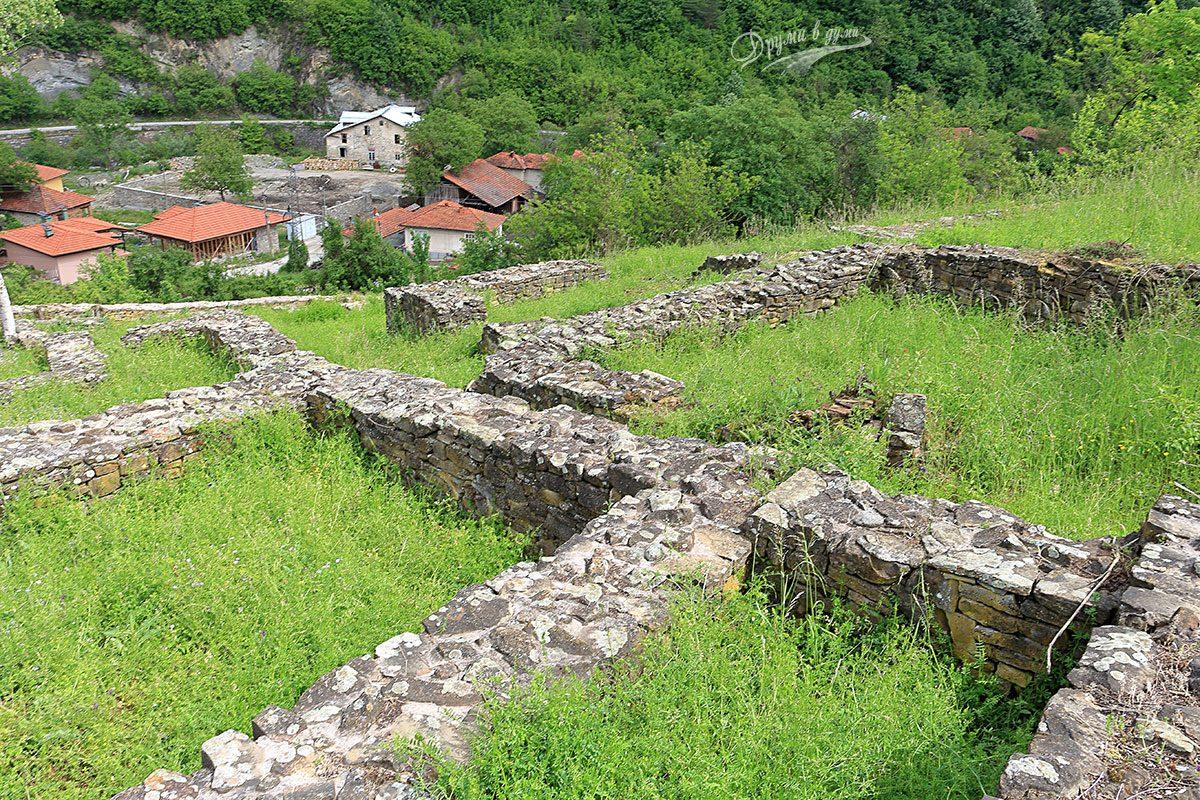 В крепостта: поглед към шосето Троян - Севлиево