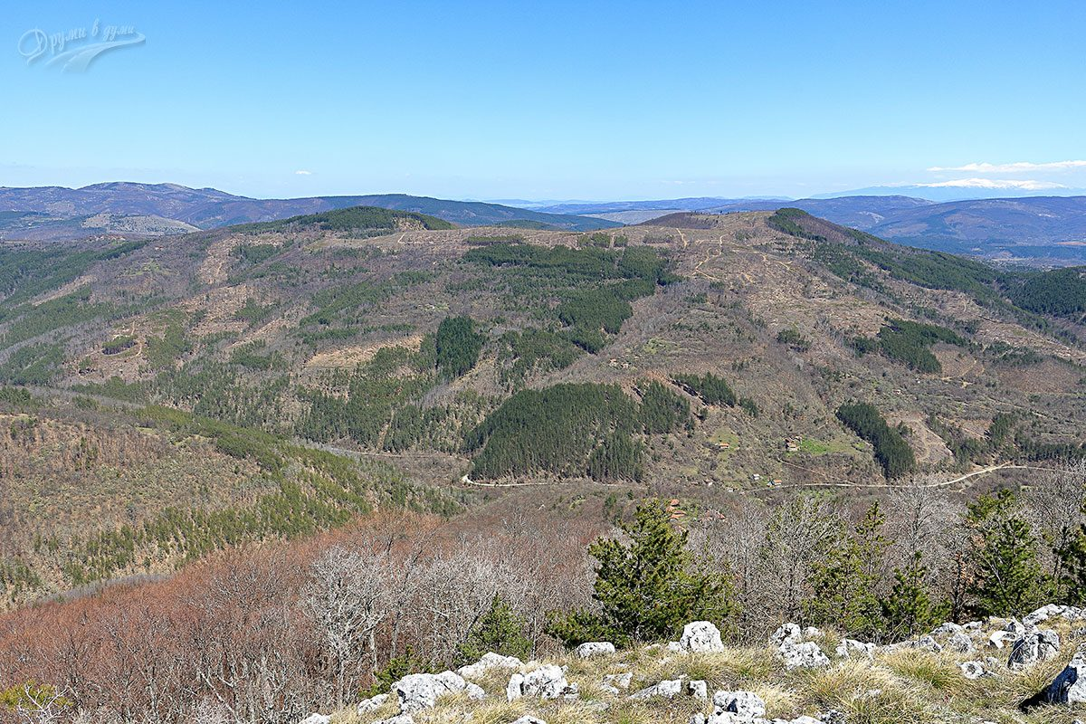 На връх Шильоко - долу е село Пенкьовци, а вдясно на хоризонта - Витоша