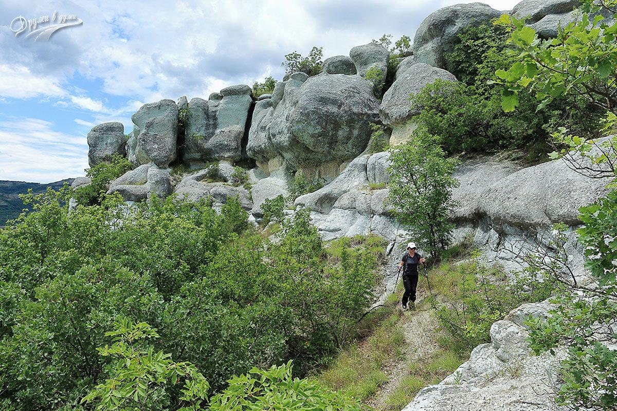 Разходка до скалите вляво от гробницата